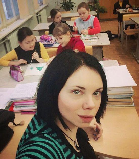 В Подмосковье учительница оказалась в центре скандала из-за фотографий в соцсети (8 фото)