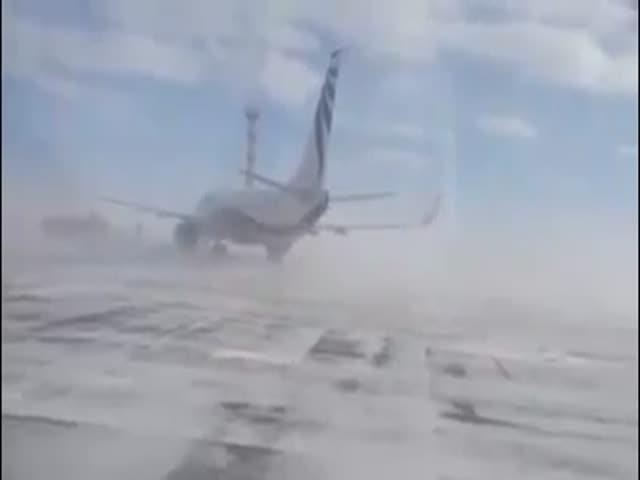 В Норильске сильный ветер развернул самолет
