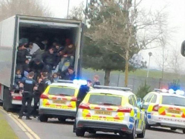 Полиция Великобритании остановила грузовик с 26-ю беженцами (4 фото)