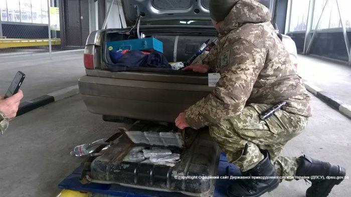 Украинец пытался ввезти в Россию 500 миллионов рублей в бензобаке автомобиля (4 фото)