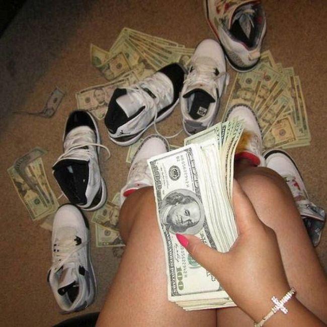 Стриптизерши подсчитывают свой заработок (22 фото)