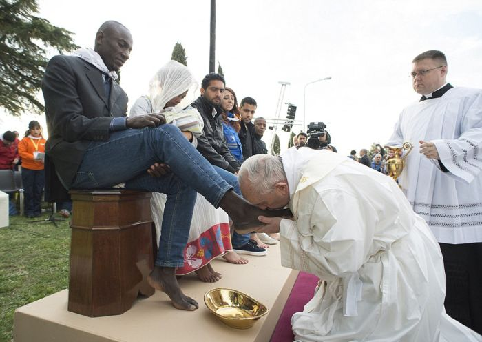 Папа начал целовать меня между ног
