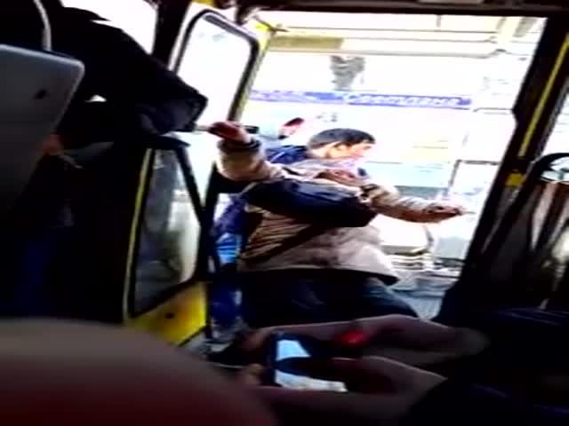 В Екатеринбурге кондуктор силой выволок пенсионерку из автобуса