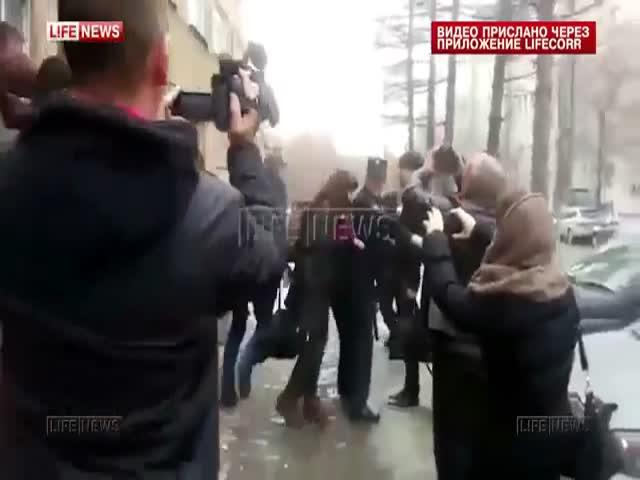 В Новосибирске Навального забросали пирожными и презервативами