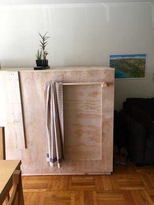 Американец обустроил дополнительное спальное место внутри комода (9 фото)