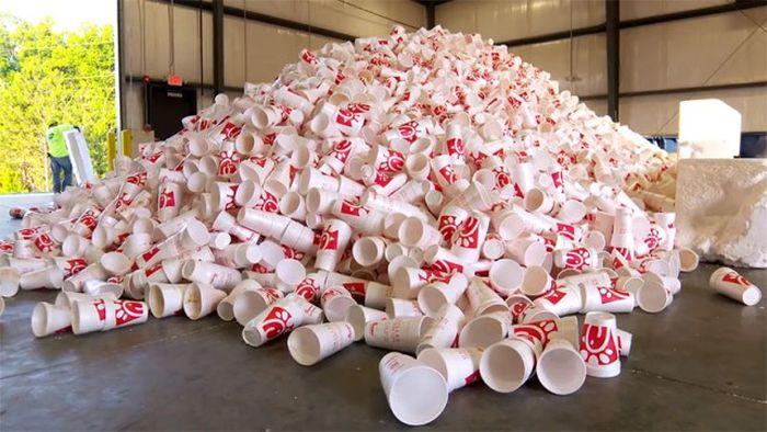 Как делают парковые скамейки из одноразовой пластиковой посуды (12 фото)