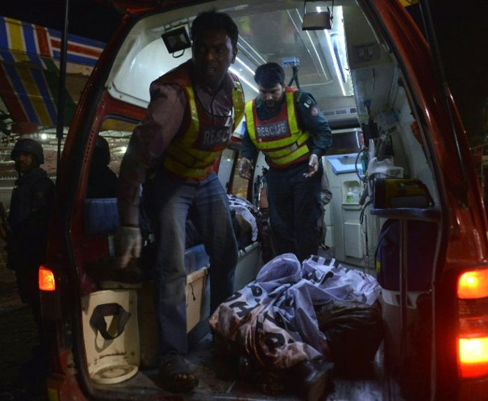 Более 70 человек погибли в результате теракта в Пакистане (5 фото)
