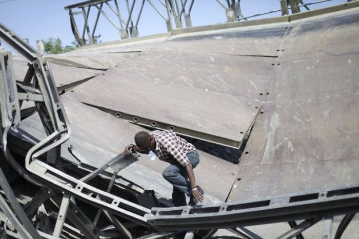 Бесстрашные жители Гаити пользуются обвалившимся мостом (7 фото)