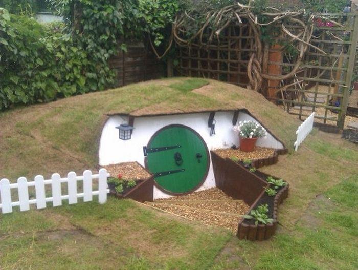 Парень построил жилище хоббита во дворе собственного дома (23 фото)