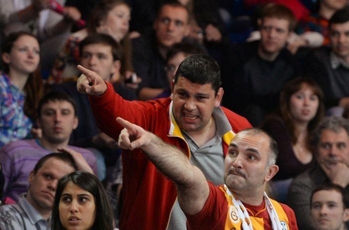 Неспортивное поведение турецких болельщиков на матче «Динамо» - «Галатасарай» (3 фото + видео)