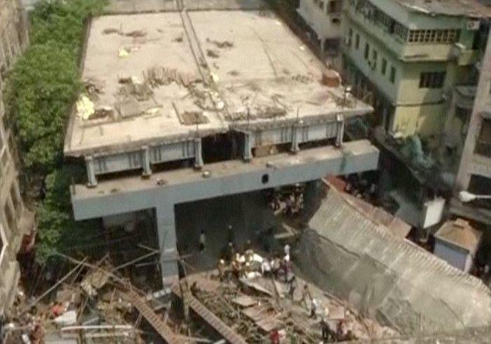 В Индии обрушилась строящаяся эстакада, есть жертвы (8 фото + видео)