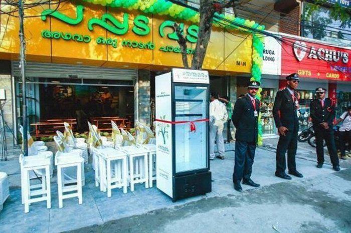 Хозяйка индийского ресторана кормит голодных людей оставшейся едой (7 фото)
