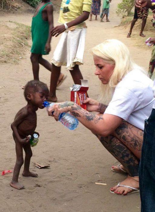Бездомный мальчик, страдавший от недоедания, пошел на поправку (10 фото)