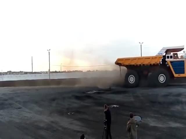 360-тонный БелАЗ превратил в лепешку легковушку