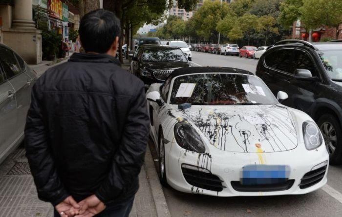 Китайцы отомстили владельцу спорткара за неправильную парковку (5 фото)