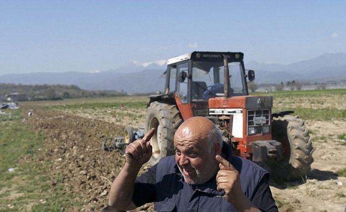 В Греции фермер разрушил лагерь для беженцев, обустроенный на его земле (9 фото + видео)
