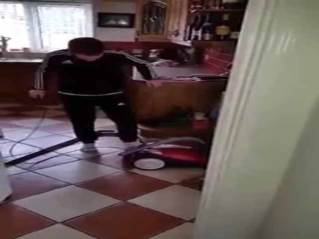 Отец учит сына включать пылесос