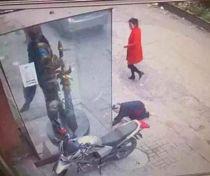 В Китае пенсионерка помолилась перед статуей героя компьютерной игры (4 фото)