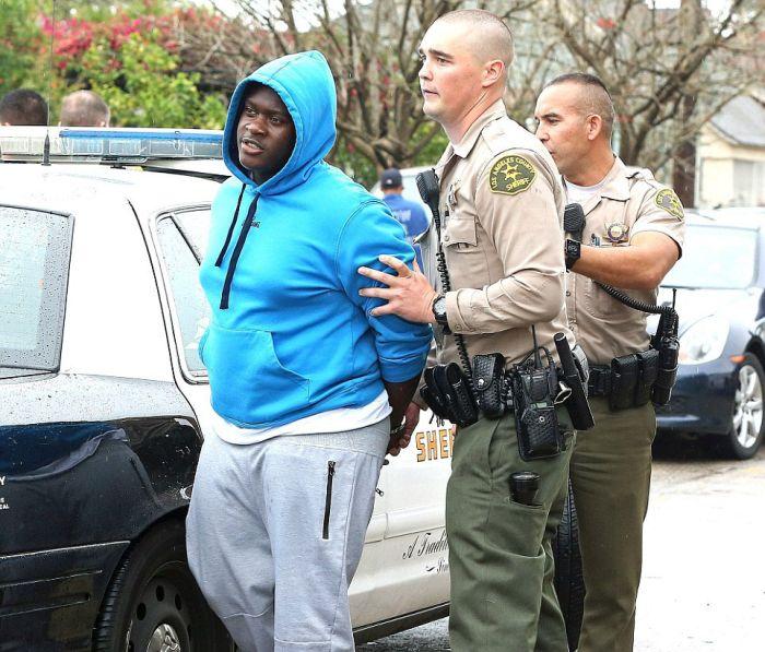 В США преследование подозреваемых закончилась фотосессией с прохожими (13 фото + 2 видео)