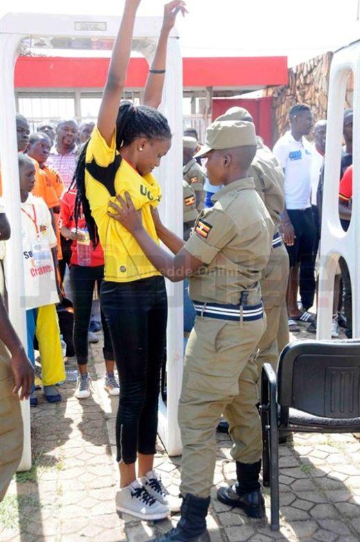 Досмотр футбольных болельщиц в Уганде (9 фото)