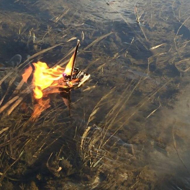 Канадская семья устроила викингские похороны рыбке (7 фото)