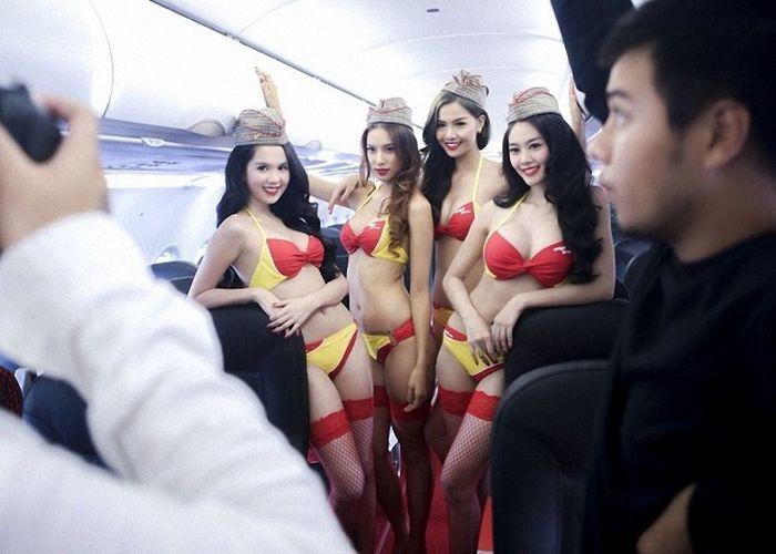 Вьетнамские стюардессы вышли на рейс в бикини (12 фото)