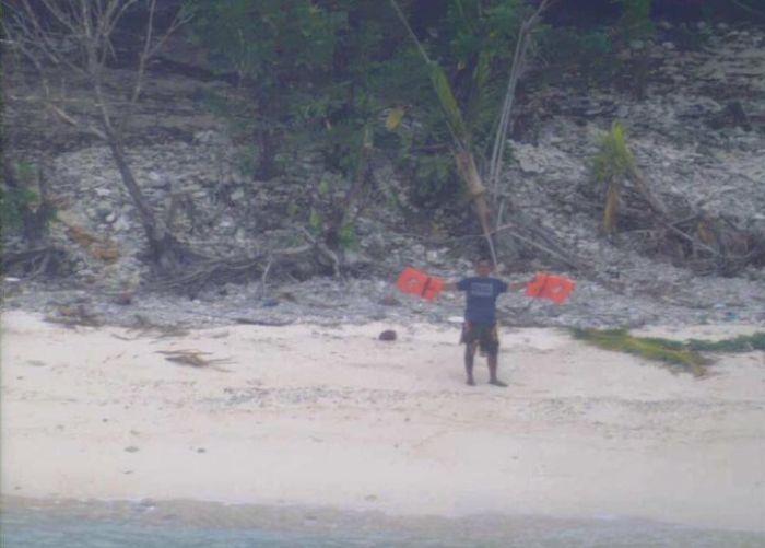 Слово «Help» из пальмовых листьев помогло спасателям обнаружить моряков (4 фото)
