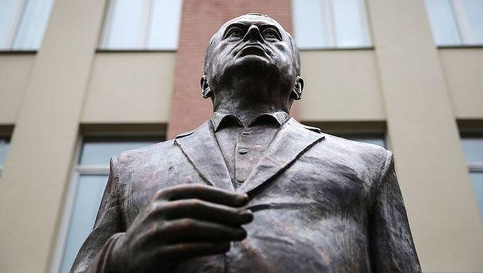 В Москве появился бронзовый памятник Владимиру Жириновскому (4 фото)