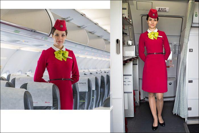 Почему стюардессы держат руки за спиной, встречая пассажиров (2 фото)