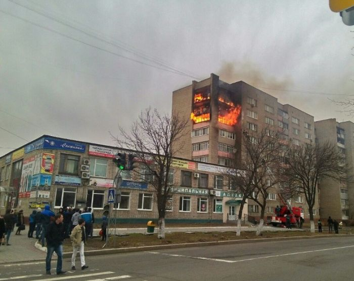 В Уссурийске зеваки, снимавшие пожар, забыли вызвать пожарных (3 фото)