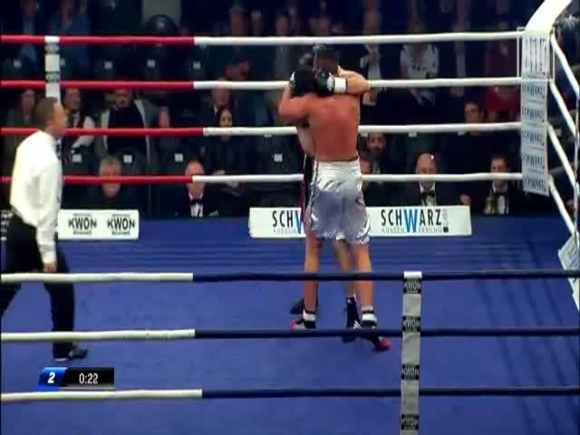 Австралийский боксер укусил соперника и подрался с его тренером