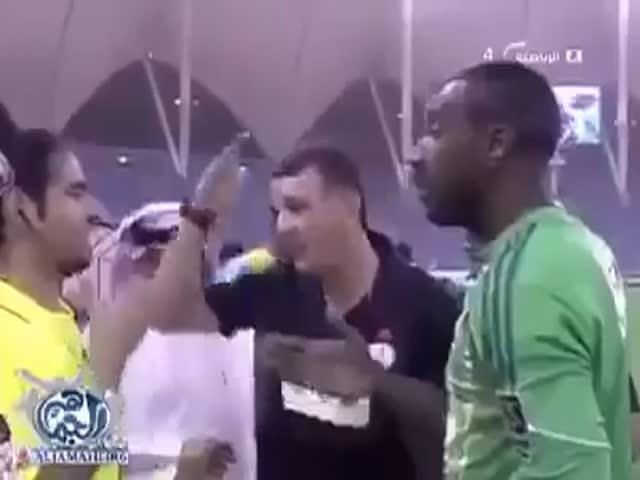 В Саудовской Аравии прервали футбольный матч, чтобы постричь вратаря