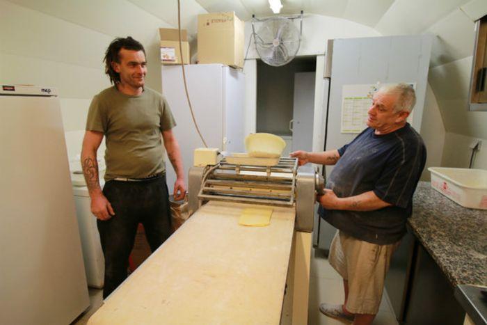 Во Франции мужчина продал свою пекарню бездомному за 1 евро (11 фото)