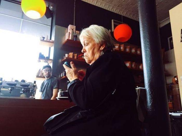 Люди старшего поколения и современные телефоны (18 фото)