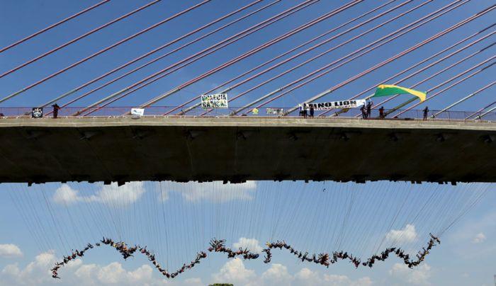 Бразильские экстремалы попытались совершить самый массовый прыжок в роупдажмпинге (8 фото)