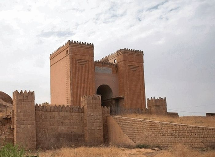 В Ираке боевики ИГИЛ взорвали древний храм «Ворота Бога» (2 фото)