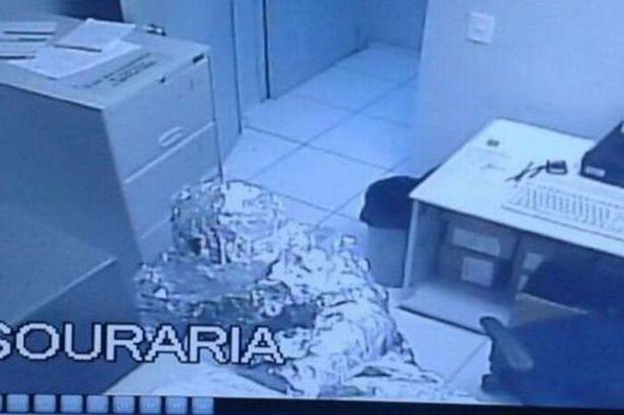 В Бразилии грабители обошли систему безопасности банка, обернувшись в фольгу (3 фото)