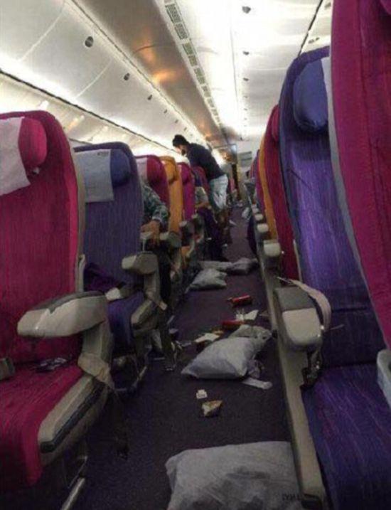 Салон самолета, угодившего в зону сильной турбулентности (2 фото)