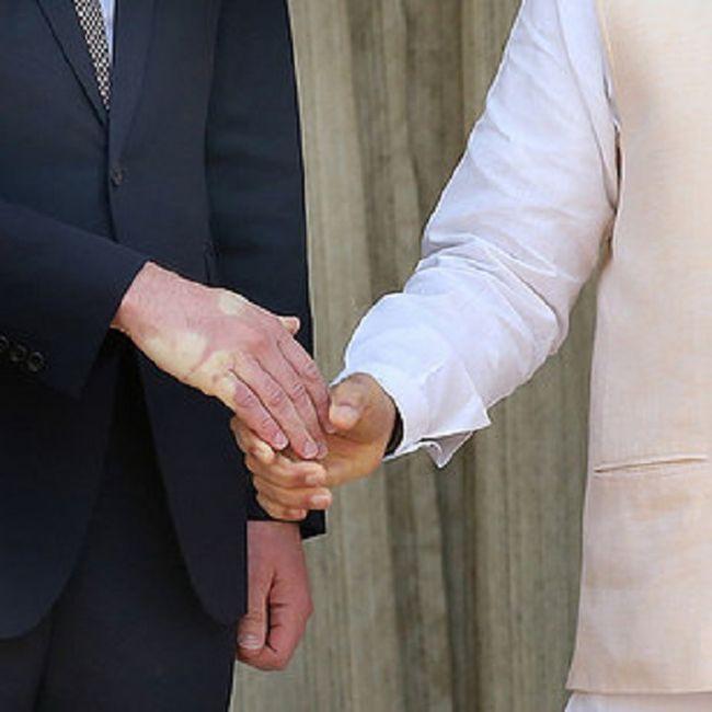 Последствия рукопожатия принца Уильяма и премьер-министра Индии Нарендра Моди (3 фото)
