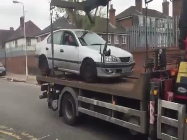 Автомобилист попытался съехать с эвакуатора