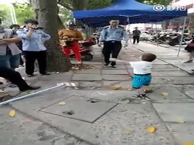 Маленький мальчик защитил бабушку от полицейских