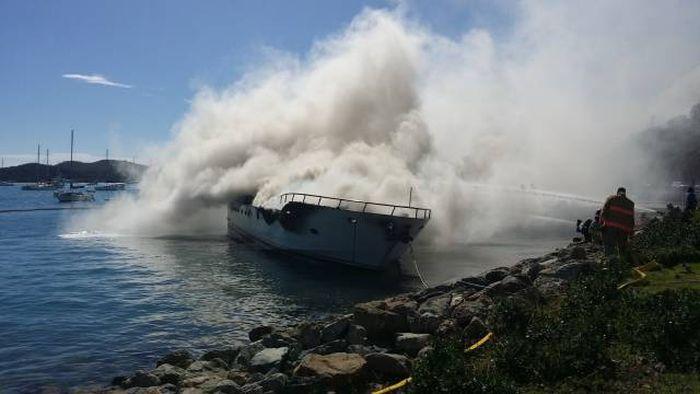 Яхта стоимостью 2,5 миллиона сгорела дотла в Карибском море (17 фото)