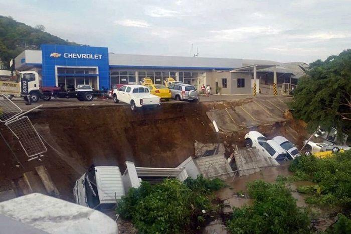Страшные последствия сильнейшего землетрясения в Эквадоре (25 фото)