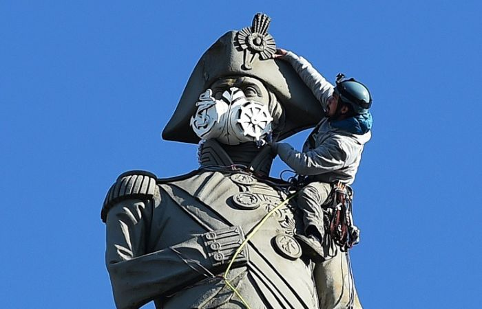 В Лондоне активисты Greenpeace надели респиратор на статую Нельсона (6 фото)