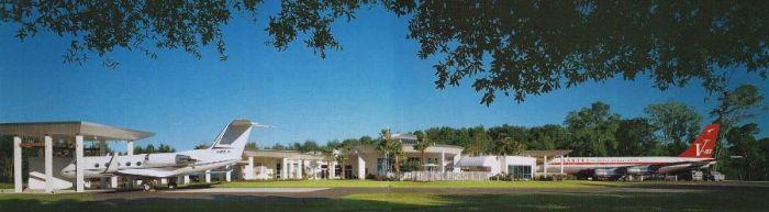 Уникальный дом с самолетами Джона Траволты (13 фото)