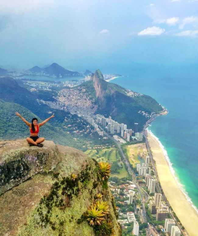 Фото бесстрашных туристов на скале Педра-да-Гавеа в Бразилии (6 фото)