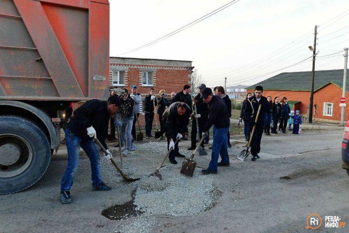 Автомобилисты Свердловской области сами заделали ямы на дорогах (8 фото + видео)