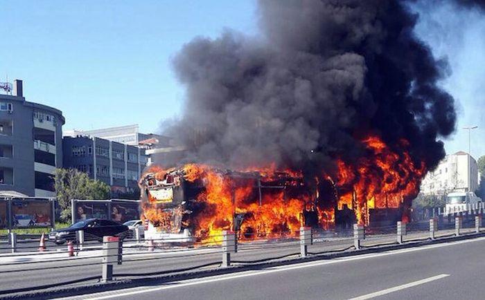 В центре Стамбула сгорел автобус (3 фото + видео)
