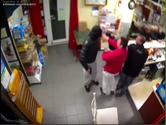 Во Франции хозяйка ресторана прогнала вооруженного грабителя