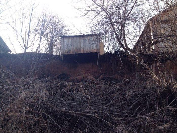 Деревня Докша под Ижевском плавно сползает в реку (11 фото + 2 видео)